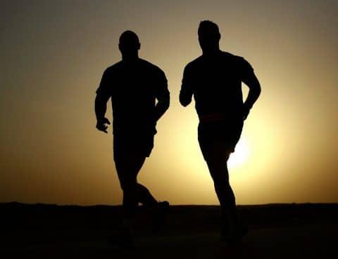 Dos personas corriendo al atardecer